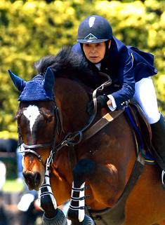 JRA馬事公苑ホースショー中障害B優勝の川口雅美選手とキンキー号(乗馬クラブフジファーム)