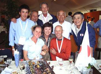 写真は大岩選手の師匠、アンドルーとベティーナ・ホイ夫妻を囲んで大岩選手とお母さん、米山団長、長田稔氏、山岸総合馬術監督、衛藤総合馬術副本部長。