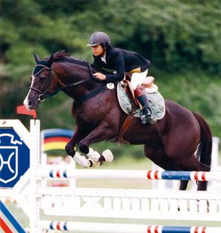 全日本障害馬術大会パート・中障害C優勝の平井亜依選手とライジングサン号(ドリームファーム)