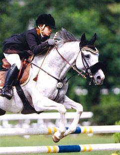 全日本障害馬術大会パートII中障害D優勝の佐藤泰選手と白馬錦号(早稲田大学)