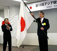 左・竹田恆和JEF副会長、右・米山順馬術チームリーダー