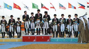 団体銅メダルの馬場馬術チーム(右の表彰台)